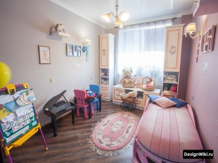 Мультяшная розовая машинка-кровать в детской