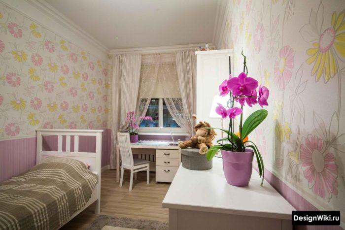Обои с цветами в комнате девочки