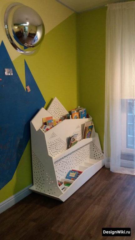 Напольный белый стеллаж для книг в детской