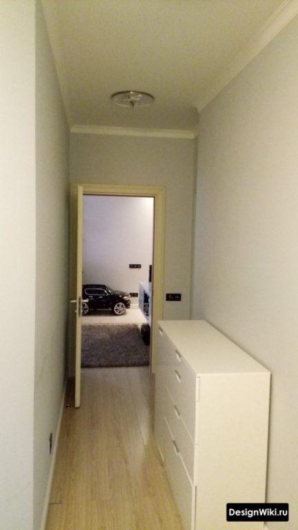 Белая приставная тумбочка в коридоре