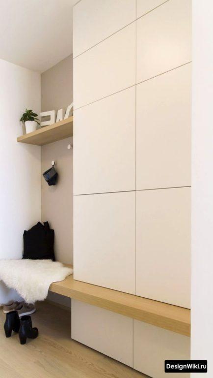 Белая прихожая с лавкой в маленький коридор