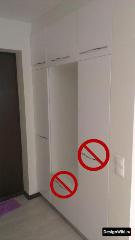 Белая прихожая с распашными дверьми и несовременными ручками