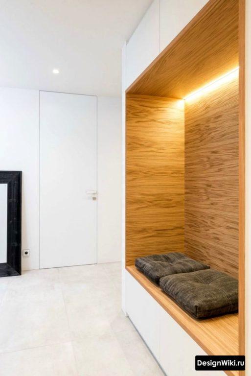 Белая с деревом хай-тек прихожая в небольшом коридоре