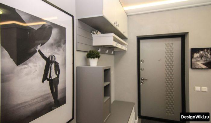 Бело-серая мебель в прихожей для узкого коридора