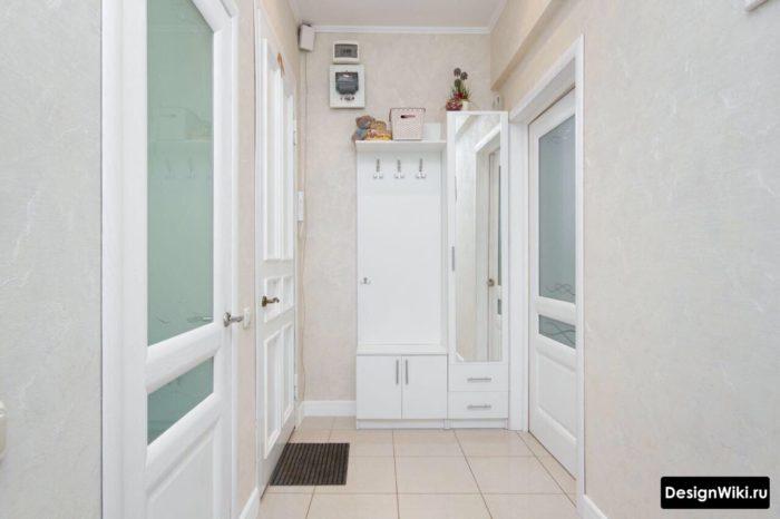 Белый маленький шкаф в прихожую с открытыми вешалками, лавкой и зеркалом