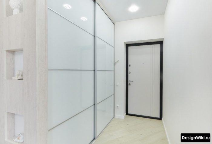 Белый шкаф купе от пола до потолка в маленькой прихожей