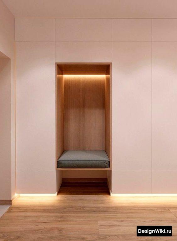 Встроенная белая прихожая в коридоре в современном стиле до потолка
