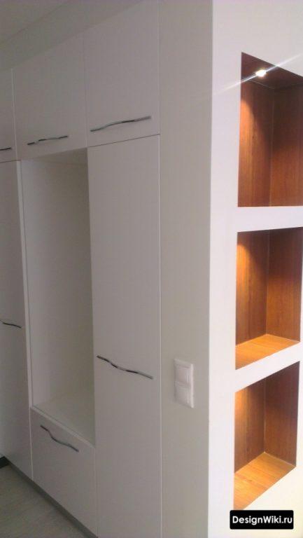 Встроенный белый шкаф с местом для сидения в небольшой прихожей