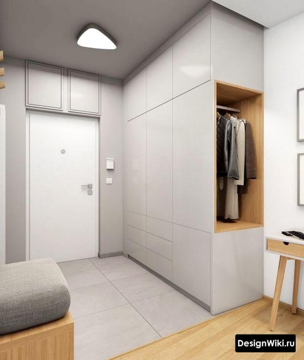 Глянцевая светло-серая прихожая в современном стиле в маленьком коридоре