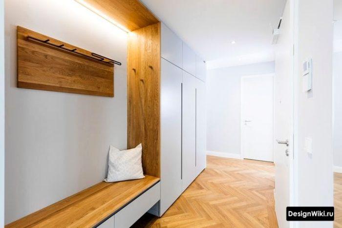 Дизайн шкафа для коридора с лавкой и узкими ящиками для обуви