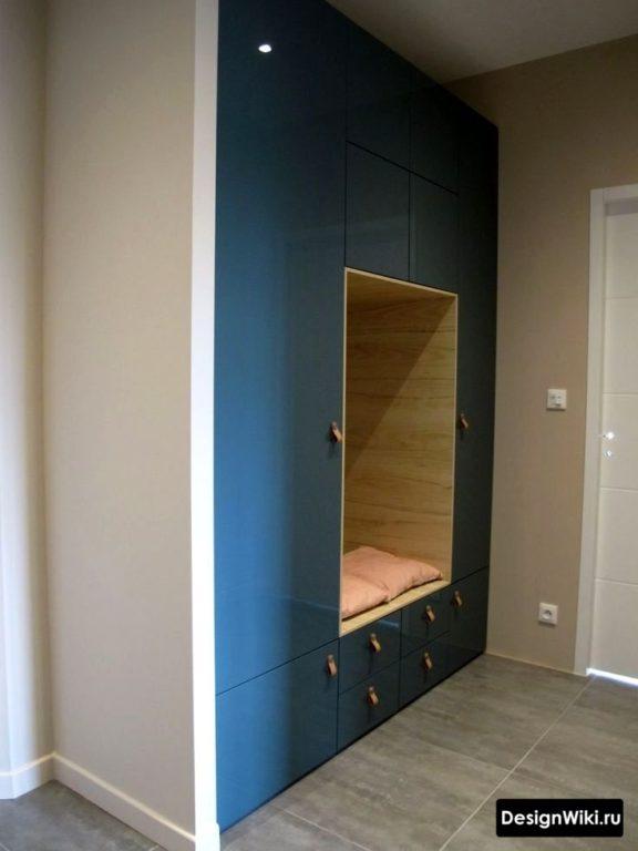 Заказной синий шкаф от пола до потолка в прихожей с открытой секцией для сидения