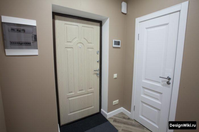 Коричневый (кофейный) цвет стен в небольшой прихожей