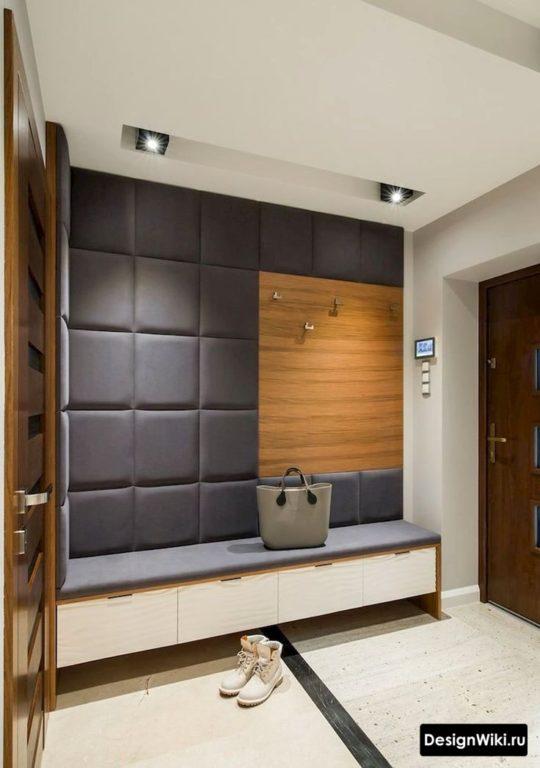 Крючки для верхней одежды и лавка с ящиками для обуви в маленьком коридоре
