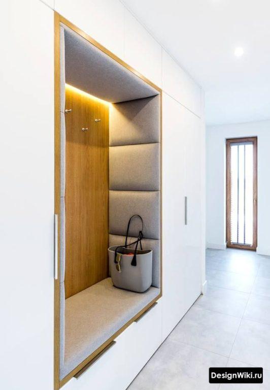 Открытая секция с вешалками в шкафу в коридоре