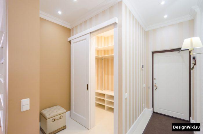 Очень узкая прихожая в квартире без мебели