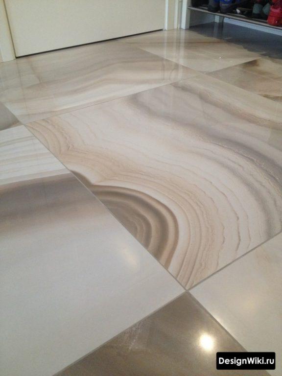 Плитка под мрамор с серой затиркой на полу в прихожей