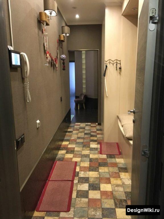 Прихожая-коридор в темных тонах
