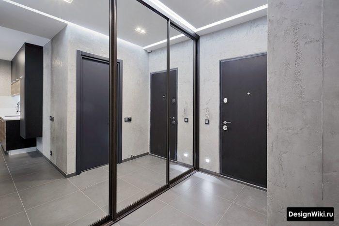 Светло-серая декоративная штукатурка с имитацией бетона в дизайне маленькой прихожей