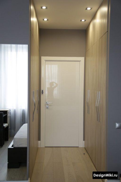 Современный дизайн мебели в серых тонах с деревом в маленьком коридоре