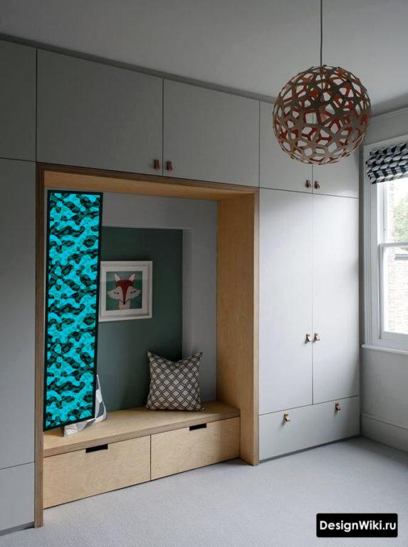 Сочетание серого и дерева в мебели для маленького коридора
