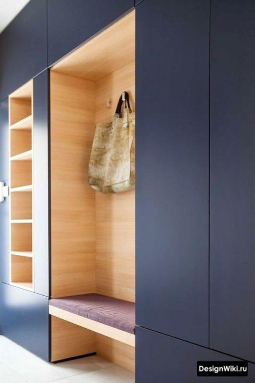 Стильный современный синий с деревом шкаф в коридоре