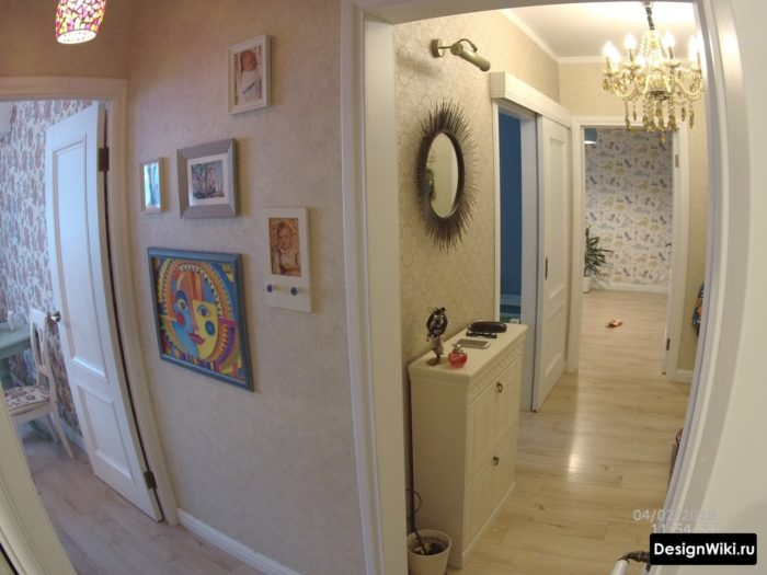 Узкая белая тумба в коридоре