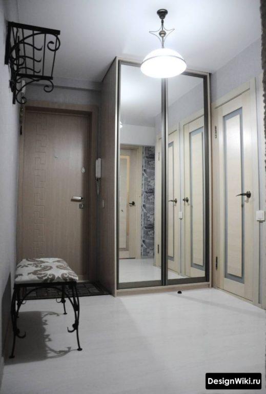 Функциональный шкаф в прихожей от пола до потолка