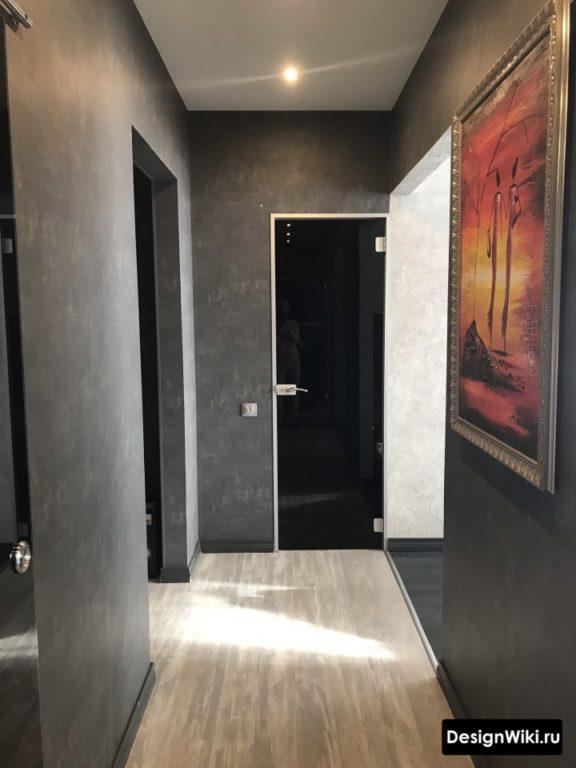 Черная декоративка в небольшом коридоре