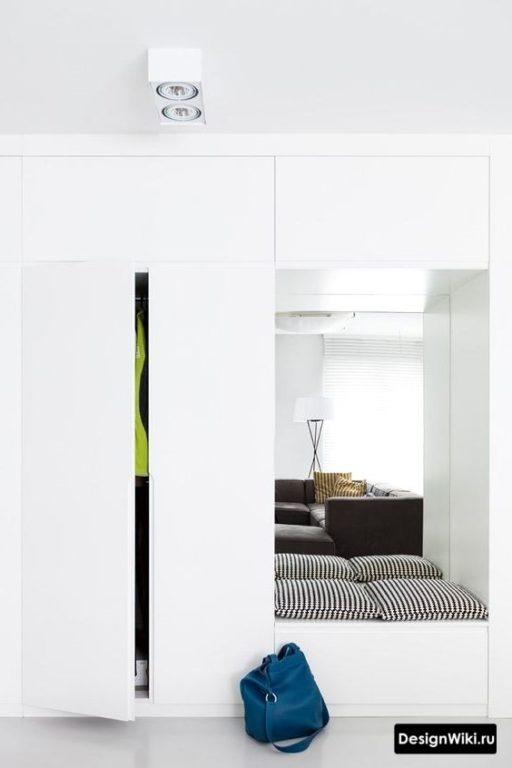 Шкаф в прихожей сиденьем и зеркалом в центральной части