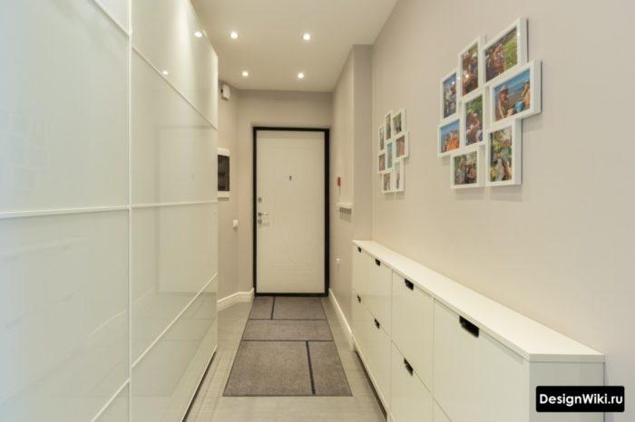 Шкаф-купе из матового белого стека и узкая приставная обувница в коридоре