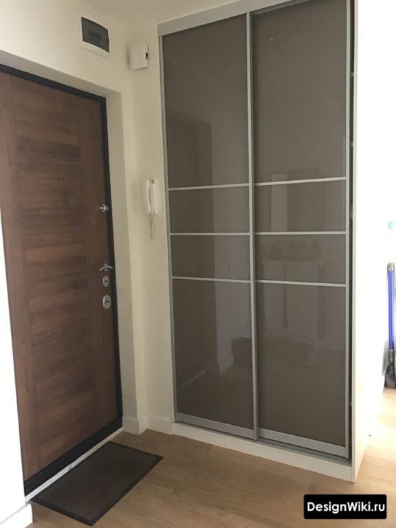 Шкаф-купе от пола до потолка в маленькой прихожей