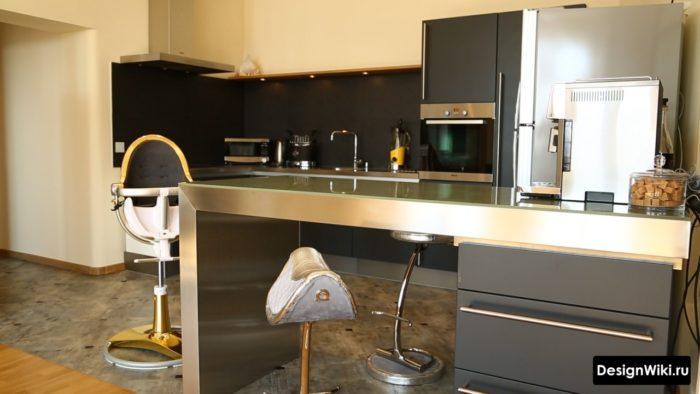 Барная стойка из нержавейки на кухне в индустриальном стиле