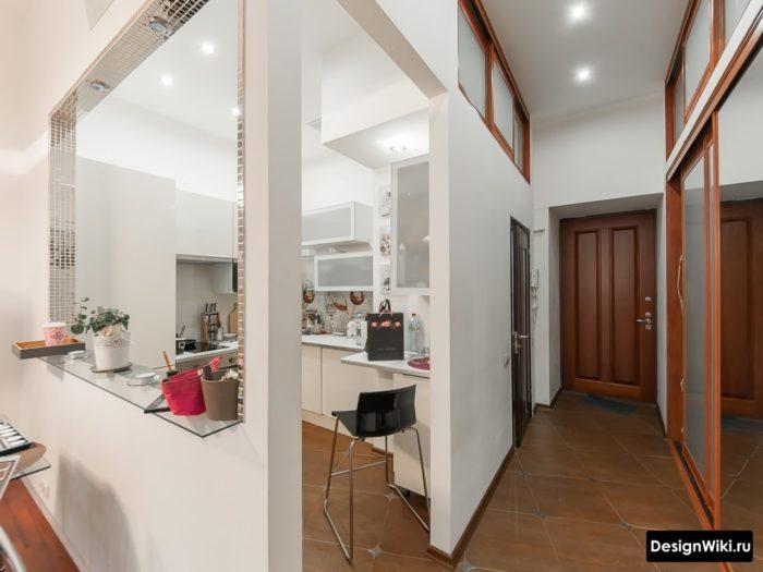 Барная стойка из стекла в окне между кухней и гостиной