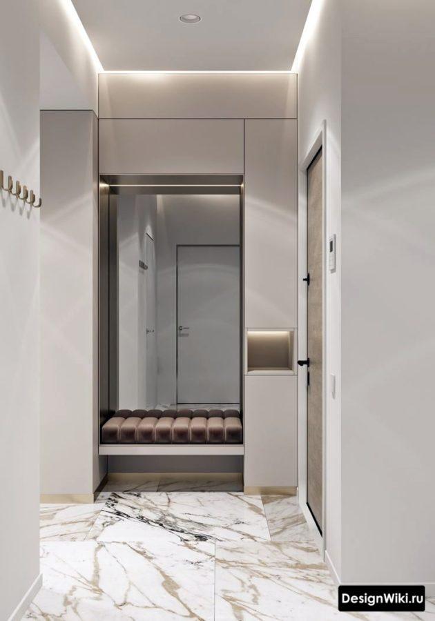 Белая прихожая в квартире в современном стиле с плиткой под мрамор