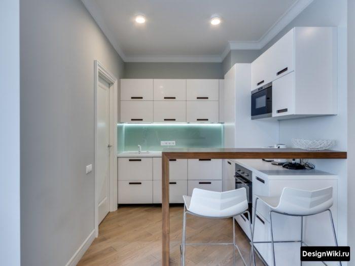 Высокая барная стойка между кухней и гостиной