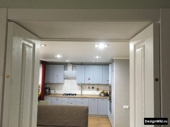 Две распашные дверцы в кухне-гостиной