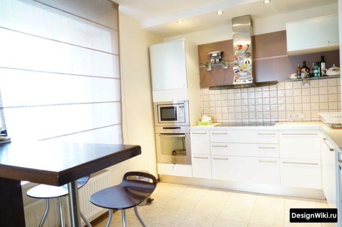 Короткая барная стойка у стены на кухне