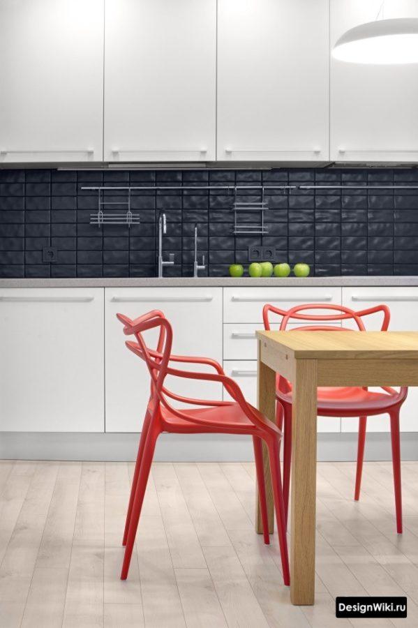 Красный дизайнерский стул в белой кухне
