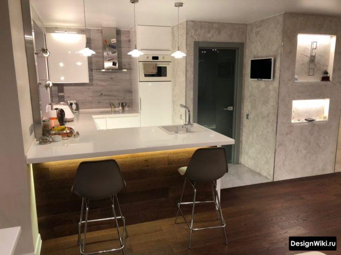 Кухня с барной стойкой из белого акрила и подсветкой