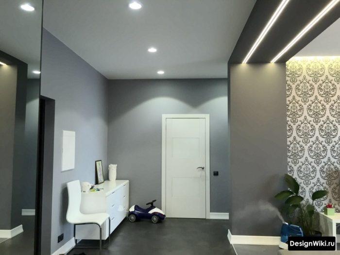 Реальная прихожая с серыми стенами и натяжным матовым потолком