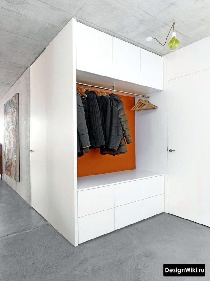 Современная идея интерьера прихожей с бетонным потолком