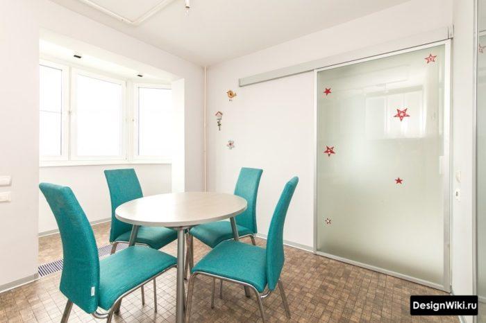 Стеклянная раздвижная дверь между кухней и гостиной