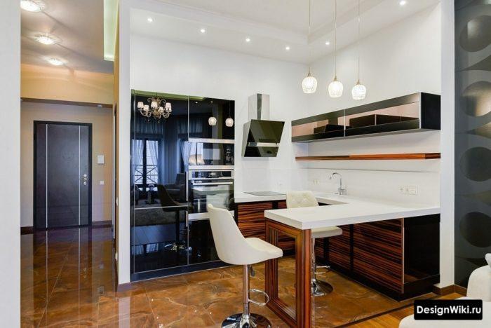 Угловая кухня буквой П с барной стойкой на уровне столешницы