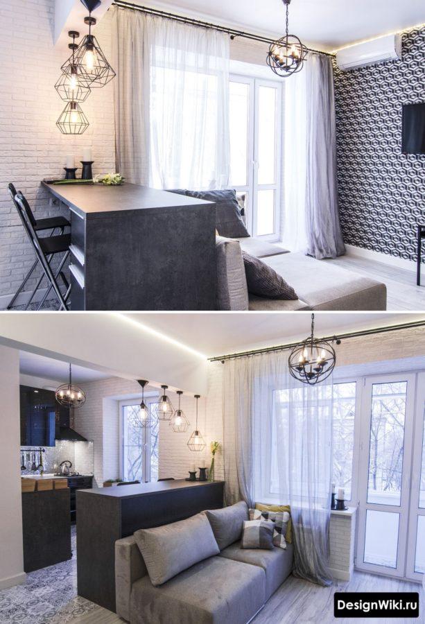 Широкая барная стойка между кухней и гостиной с приставленным диваном