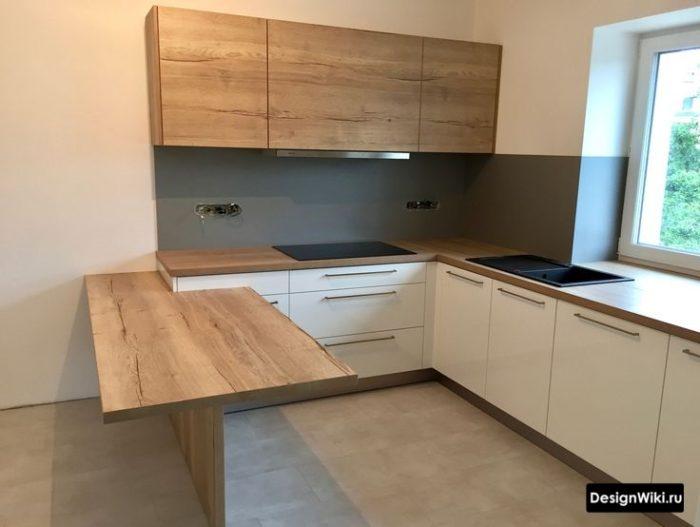 Барный стол-стойка из массива натурального дерева в белой кухне