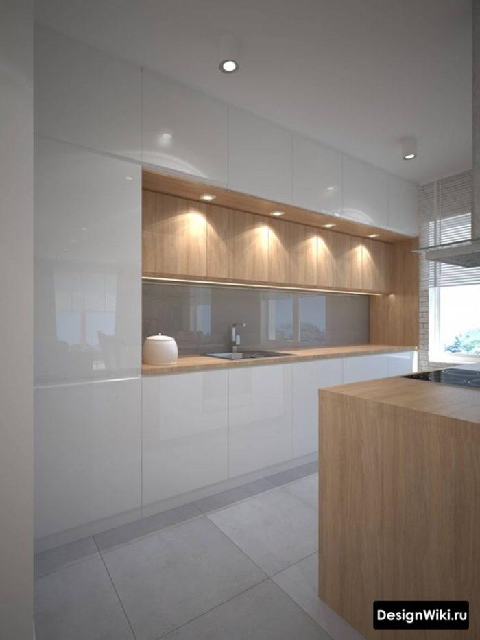 Белая глянцевая кухня до потолка с деревянной столешницей