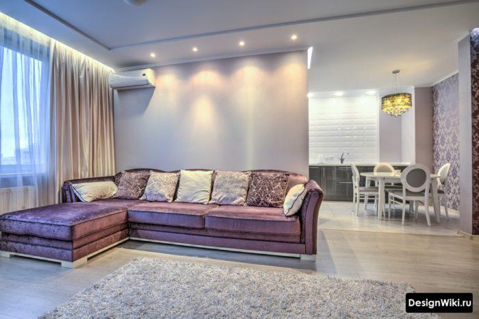Белая квадратная плитка на кухне и переход на ламинат в гостиной