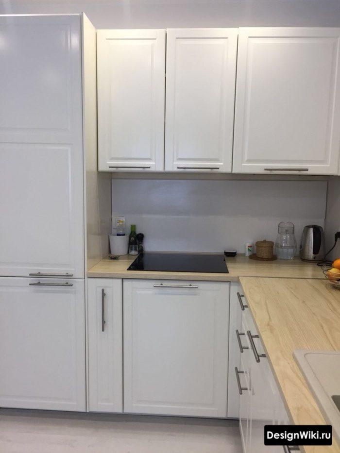 Белая кухня в скандинавском стиле со столешницей под светлое дерево