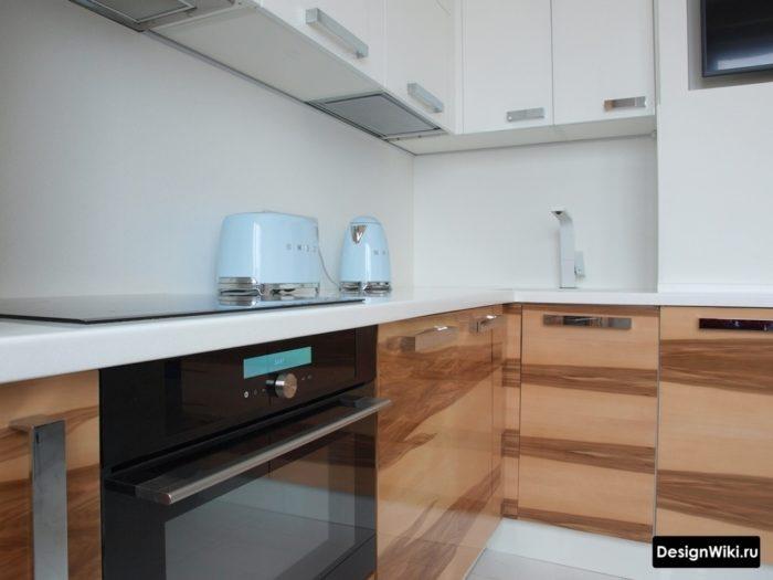 Белая кухня со светлым глянцевым деревянным фасадом снизу
