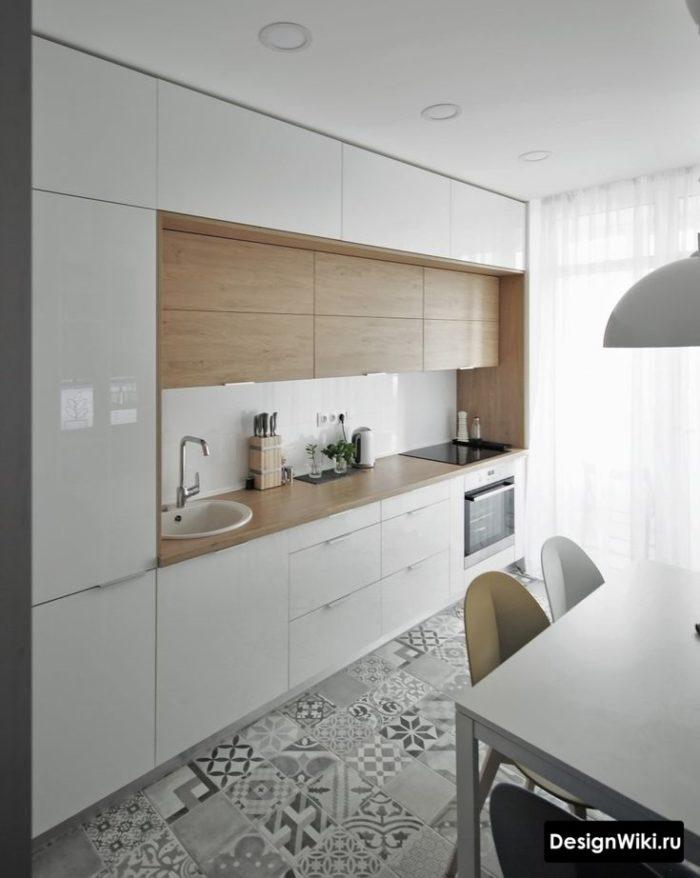 Белая кухня со шкафами до потолка и деревянными фасадами в середине